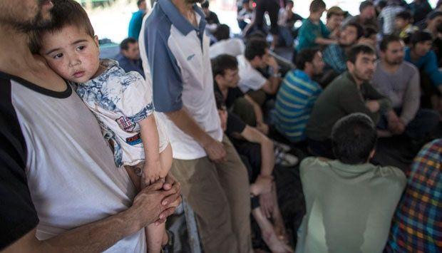 Cina Larang Pemakaian Nama Muslim untuk Bayi di Xinjiang  Muslim Uyghur  XINJIANG (SALAM-ONLINE): Pemerintah Cina telah memaksakan sebuah kebijakan baru yang membatasi nama-nama berkonotasi Muslim untuk digunakan kepada bayi yang baru lahir.  Xinjiang tempat 10 juta Muslim Uyghur tinggal adalah salah satu kota yang pemerintahnya menerapkan pelarangan penggunaan nama seorang bayi yang baru lahir dengan menggunakan nama Muslim.  Menurut laporan yang dilansir Human Rights Watch (HRW) Senin…