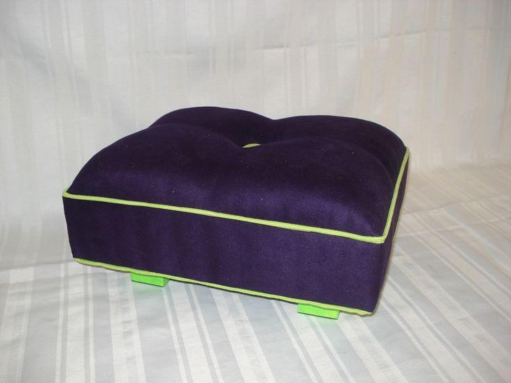 Escabel Apoya Pies tapizado en gamuza violeta con vivos y patas en verde manzana. Medidas: 30x36x20 cm