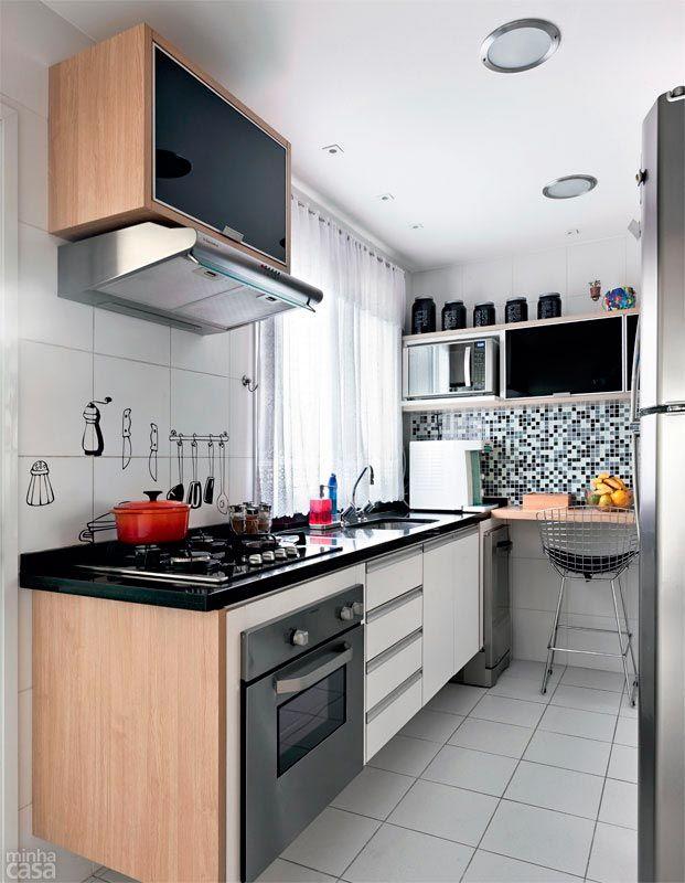 A cozinha com cerca de 10 m² funciona bem sem mesa, a qual exigiria boa parte da metragem destinada à circulação. Bastou uma bancada no canto para fazer a família feliz. Pastilhas de vidro revestem a parede. Projeto de Ana Maria Mouawad Queiroga.