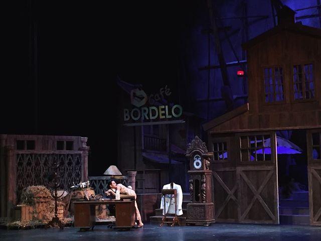 Kemarin malam Bazaar menyaksikan Opera Ikan Asin persembahan Teater Koma di Ciputra Artpreneur. Untuk para pencinta seni teater tentu pementasan ini tidak bisa dilewatkan. Meski diadopsi dari cerita lama Teater Koma berhasil menyisipkan dialog kekinian yang membuat ceritanya memiliki benang merah dengan kondisi masyarakat saat ini. Tidak ketinggalan tata panggung megah yang menjadi latar pertunjukan. . Opera Ikan Asin akan dipentaskan mulai hari ini hingga tanggal 5 mendatang semoga Anda…