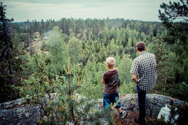 Tunnettekos Haukkavuoren, erään hitokseen korkean kallion Raatalan metsässä? Sieltä on näkymät aika pitkälle!  http://www.naejakoe.fi/luontojaulkoilu/haukkavuori/