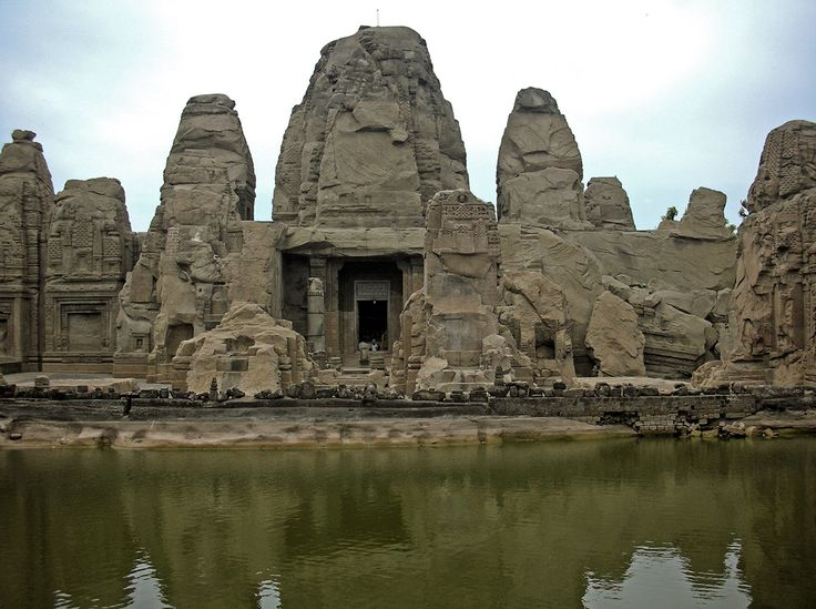 Prodigiosamente tallada de una sola pieza sobre piedra arenisca, los Templos de Masrur, en el estado de Himachal Pradesh al norte de la India.