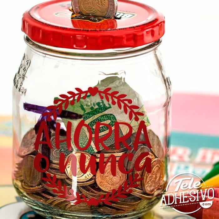 Vinilo para decorar tarro de cristal cuya función sea de hucha o para guardar dinero. Con una pegatina original, pasará de ser un simple frasco de cristal a una hucha con una frase motivadora. #frasco #tarro #bote #cristal #hucha #dinero #ahorro #ahorrar #monedas #decorar #decoracion #deco #lettering #vinilo #pegatina #TeleAdhesivo