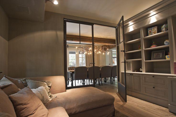 Steel doors with cabinet and sofa    Stalen deur met inbouwkast en zitbank.