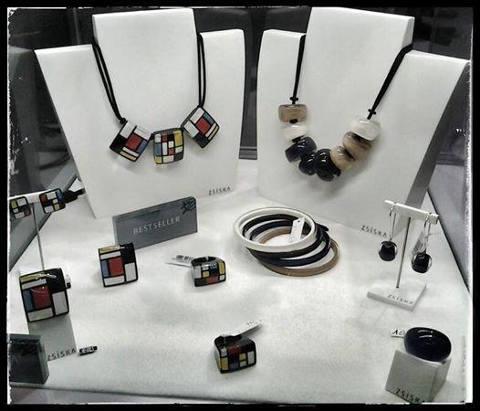 """Biju/gioiello ZSISKA. Collezione """"Homage"""". Omaggio a Mondrian, gioielli che riprendono il suo stile unico e moderno tanto da diventare una collezione bestseller. Collezione """"Colourful Beads"""". Colori rilassanti ma al tempo stesso divertenti. Semplicemente belli!!"""