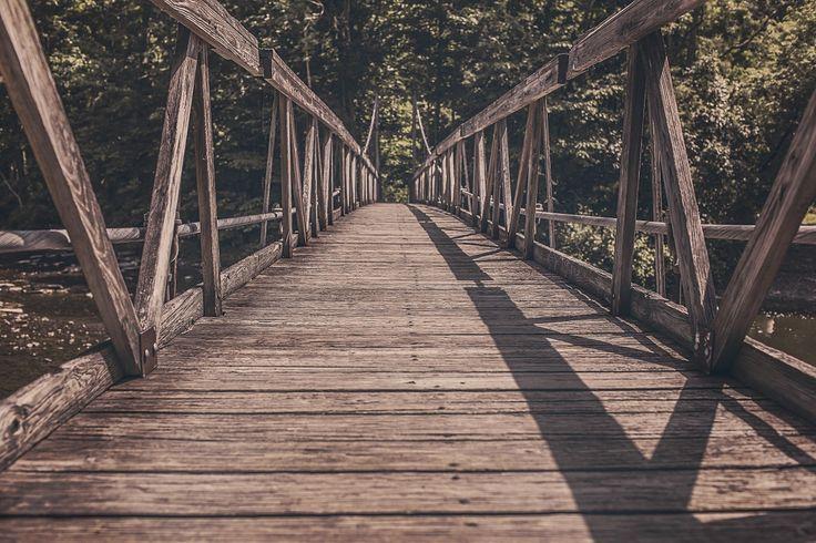 Krisen bewältigen eine Brücke in die Vergangenheit schlagen