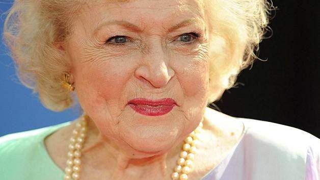 Näyttelijä Betty Whiten kerrotaan löytäneen uuden rakkaan 95 vuoden kunnioitettavassa iässä. Kuvassa White vuonna 2010. *** (Varsinkin tässä kuvassa hän näyttää ihan yhdeltä itselleni rakkaalta ihmiseltä, joka valitettavasti kuoli jo 20 vuotta sitten..) ♥