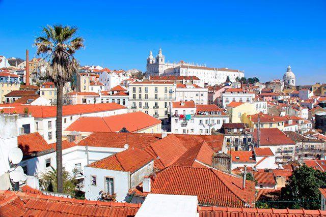 Bairro Alfama visto do Miradouro de Santa Luzia. Igreja de São Vicente de Fora ao fundo. Lisboa. http://fuievouvoltar.com