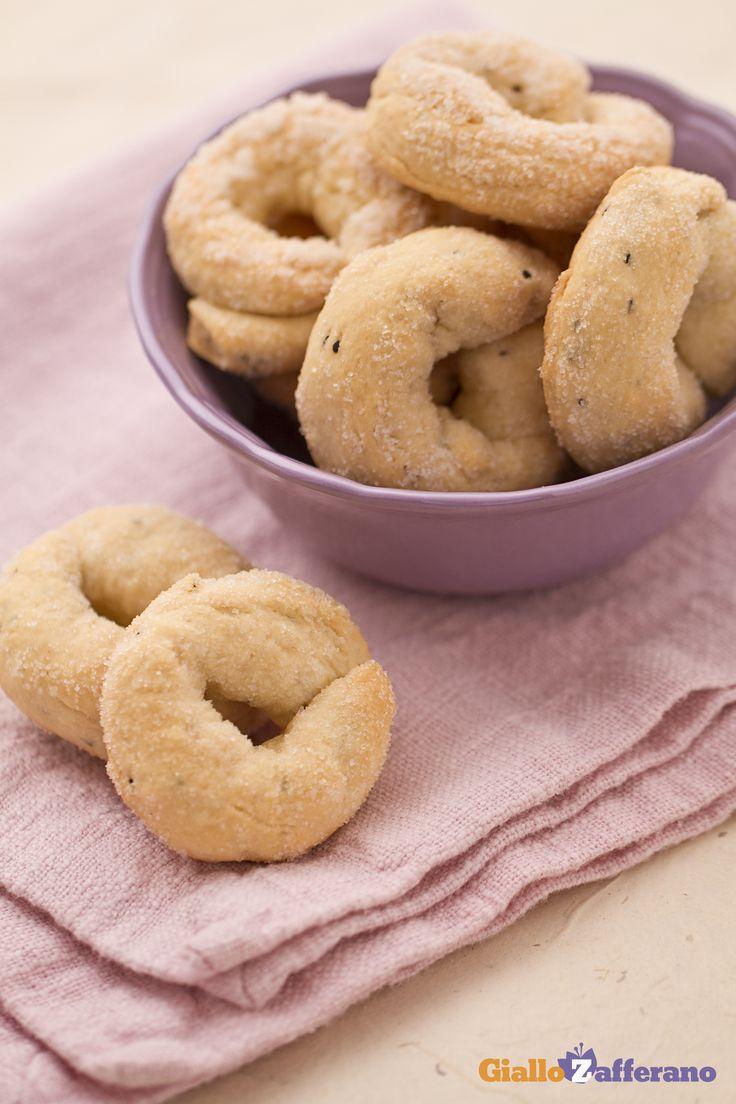 I #BISCOTTI AL #VINO (wine biscuits) sono delle fragranti ciambelline aromatizzate all'anice e cosparse di #zucchero. #ricetta #GialloZafferano #italianfood #italianrecipe
