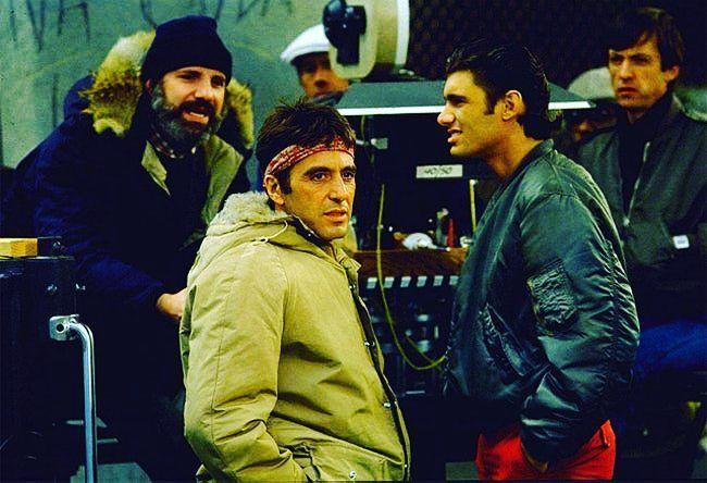 Cuál es el precio del poder? En la foto Al Pacino y Brian De Palma en el set de Scarface. Film que se estrenó en 1983.  #80s #cine #movies #cinema #scareface #Poder #AlPacino #peliculas #instagood #instadaily #cool