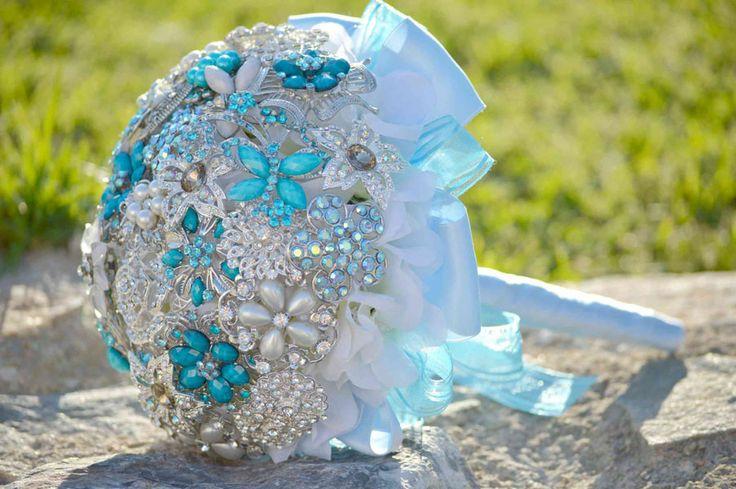 Bouquet da Sposa  confenzionato con spille argentate , color bianco e azurri. I fiocchi ed i  nastrini danno un tocco elegante e raffinato allo stesso tempo. Scegli il formato desiderato ed avrai uno splendido bouquet realizzato a mano per il giorno del tuo matrimoni http://bouquetsposaoriginali.it/portfolio-view/bouquet-da-sposa-candy-blue/