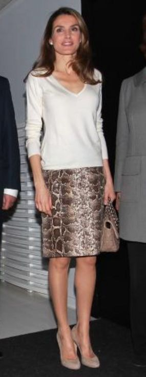 Doña Letizia at the AECC 60th anniversary exhibition (Apr 2013) wearing the same snake print pencil skirt from Uterqüe.