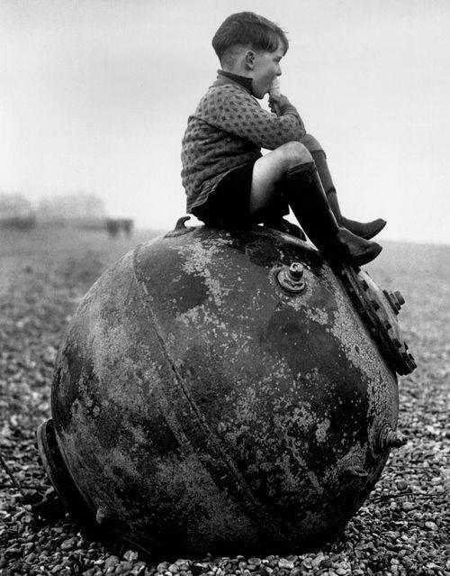 Garoto sentado em uma mina aquática, Kent, Inglaterra, 1945.