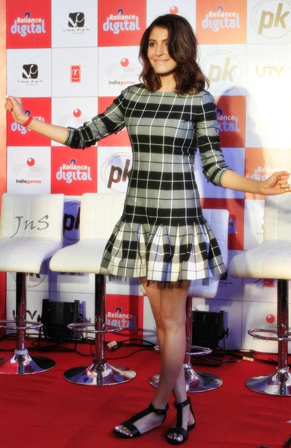 Anushka-sharma-short-dress-launches-pk-mobile-game