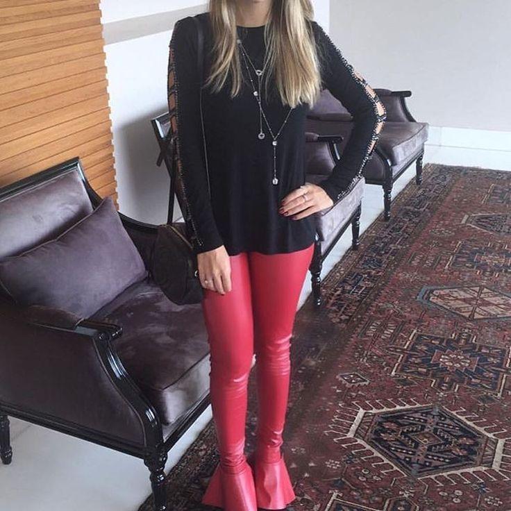 #mulpix                          Sobre blusas e blusas: blusa preta, manga vazada, aplicação de cristais em sua extensão .. Mega pdiferenciada, e com todo um estilo |3 x R$86,63| +  calça mini flare, couro eco na parte frontal e lycra bem grossa nas costas (não marca NADA). Super, ultra estilosa, disponível no vermelho, preto, cinza e areia |3 X R$86,63|✦✧✦ S͞a͞n͞T͞h͞e͞ ♕   #fall  #winter  #newcollection  #fallwinter16  #modabh  #outono  #inverno  #estilo  #lookdodia  #elegancia  #blusa…