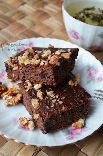 Fit Brownie z kaszy jaglanej  [kasza jaglana, jajka, oliwa, kakao, miód, czekolada gorzka, jogurt, orzechy]