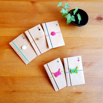 お年玉やちょっとしたお礼などに使うポチ袋にも、小さな水引飾りを添えて。ビビッドカラー×和の組み合わせがキュートさをグッとアップ♪