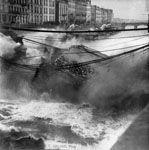 1913 Nantes Le pont Maudit, pont de pierre enjambant le bras de l'Hôpital s'effondre, la circulation du tramway vers l'ile de la Madeleine est interrompue.