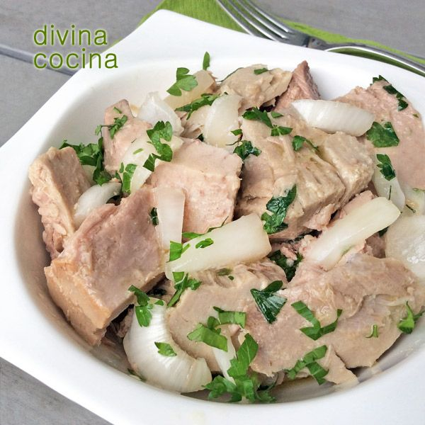 Esta sencilla receta es uno de los clásicos del tapeo andaluz. El atún encebollado aliñado está mejor si lo cocinas la víspera porque el marinado en la vinagreta durante unas horas potencia su sabor.