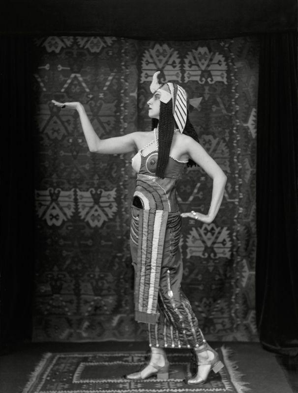 ¤ Lubov Tchernyshova en Cleopatre Emil Otto HOPPÉ (1878-1972). Costume de Sonia Delaunay 1918