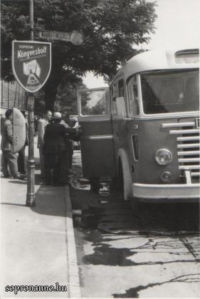 Buszmegálló a könyvesbolt előtt az 50-es évek közepén