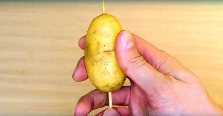 Han trycker ett grillspett genom potatisen, men det är nästa steg som barnen kommer att älska.