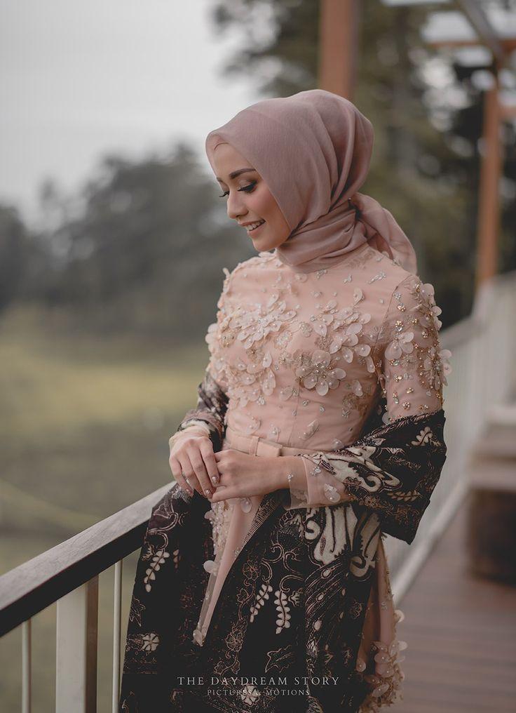 Hijab Engagement Inspiration / 3D Applique Kebaya / Modest Kebaya / Kebaya Hijab ☁ @terosha ☁ #weddingbandsng