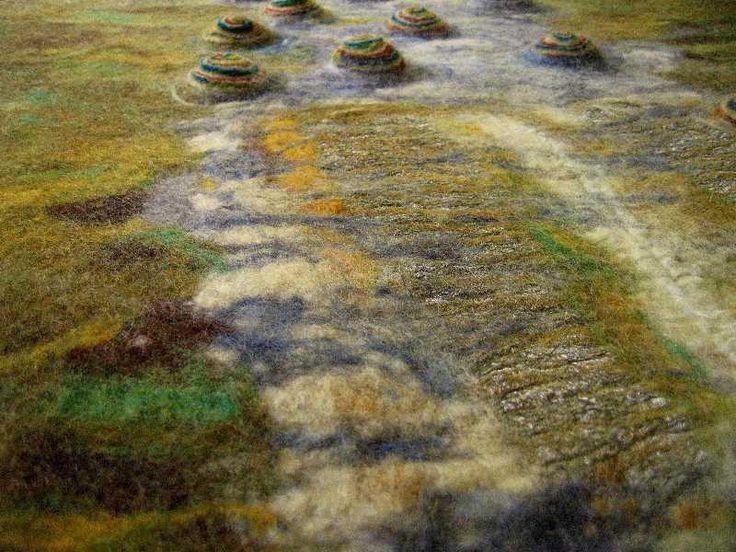 """Details uit 'Fluistergesprek'Fluistergesprek is de titel van een vilt-tapijt, gemaakt naar aanleiding van de tentoonstelling """"Dichtbeelden"""" in Electron te Breda.Het vilt-werk is geïnspireerd op het gedicht De Droom van Marije Kos.Het tapijt is vervaardigd van wol, zijde en andere materialen, afm 85 x 115 cm"""