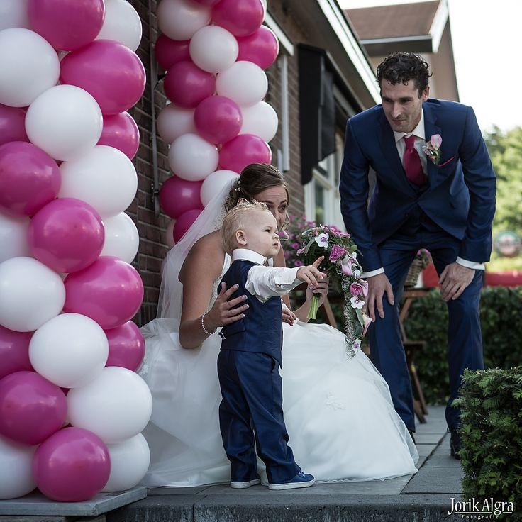 Een prachtig bruidspaar met een bruidsjonkertje. Het pakje van het jonkertje is gemaakt van dezelfde stof als het kostuum van de bruidegom. Bruidskinderen, bruiloft, huwelijk, trouwen. bruidskindermode.nl