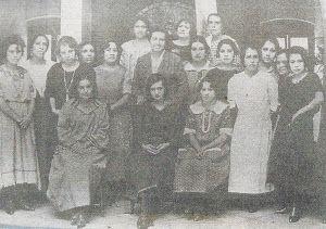 Gabriela Mistral rodeada de maestras en México, 1923.