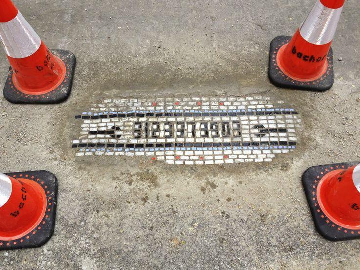 Jim Bachor http://restreet.altervista.org/jim-bachor-ripara-le-buche-delle-strade-con-i-mosaici/