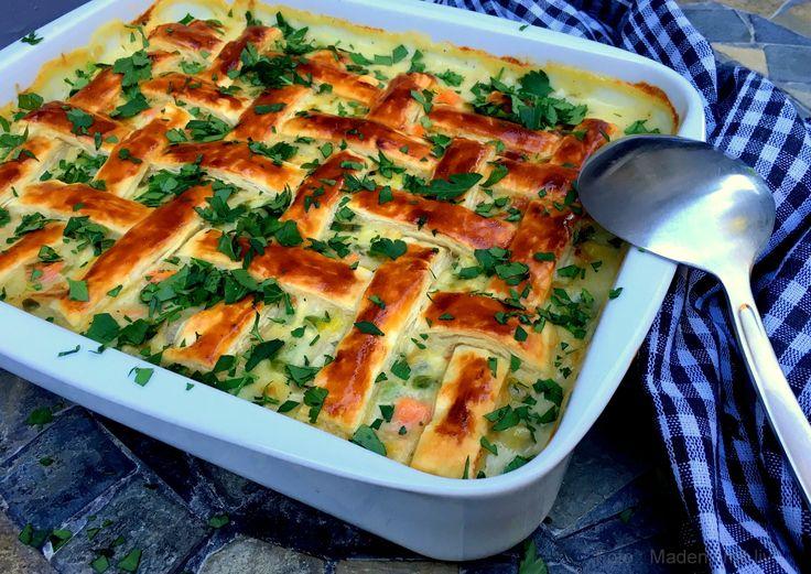 Super lækker kyllingepie med forårsgrønt - fyldt med bl.a. kylling, forårsløg, gulerødder, ærter og asparges og sprød butterdej på toppen.