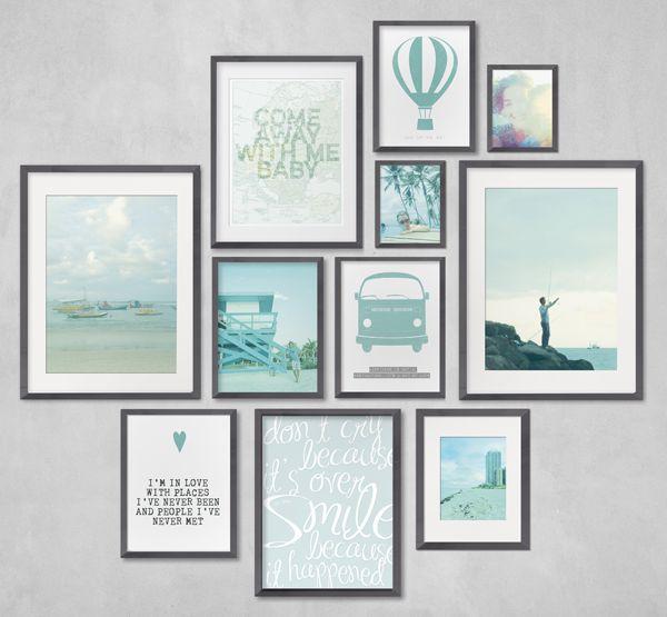 Verschillende fotolijstjes aan muur