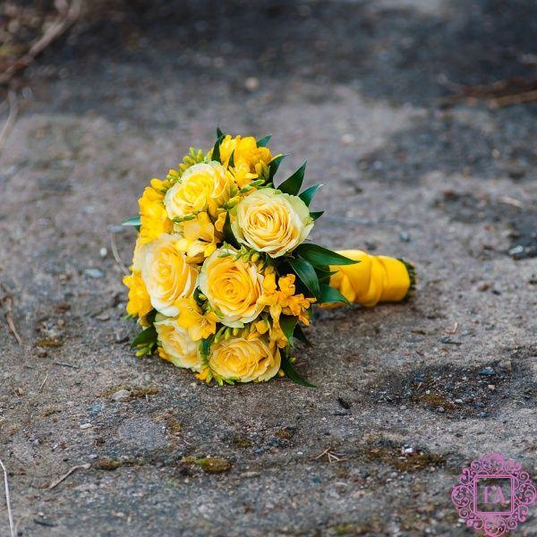 Свадебный букет из желтых роз и фрезии Заказ WhatsApp 8(916)522-32-50