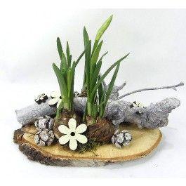 Mini Narcissen opgemaakt op een houten boomschijf met decoratie.