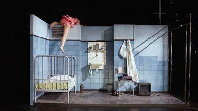 """Fedde Spoel: Ro Theater: Helga Maria Baumgarten  In het eerste half uur van de voorstelling """"Helga Maria Baumgarten"""" zegt Esther Scheldwacht niets. Ze komt binnen in haar slaapkamertje, een kleine cel met weinig meer dan een bed en een televisie. Kijkt televisie (we horen het geluid van Bob Ross die aan het schilderen is en uitlegt wat hij doet), schilt een appel. Ze trekt haar kleren uit en gaat naar bed."""