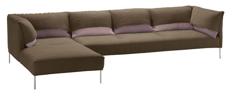 Sofa Undercover / Kombination aus einem 3-Sitzer und einer Chaiselongue, Braun / Kissen: rosa & bordeaux-rot von Zanotta finden Sie bei Made In Design, Ihrem Online Shop für Designermöbel, Leuchten und Dekoration.