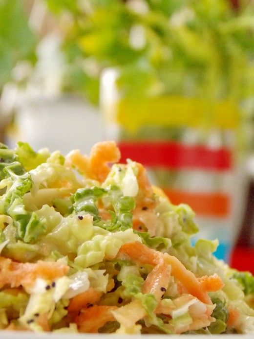 Капустный салат Коул Слоу Этот салат, яркий на вид и на вкус, весенний по настроению и витаминный по составу, — одна из бесчисленных разновидностей Коул Слоу (Coleslaw, Cole slaw), который готовили ещё древние римляне. Простой, лёгкий и экономный, полезный и богатый на вариации – вот каков салат Коул Слоу, потому он и популярен уже столько веков.