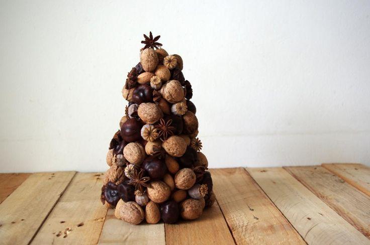 Vánoční stromeček z přírodnin - Na tento stromeček jsme použili jen přírodniny, například kaštany, mandle, badyán, makovice, ořechy. Vše jsme lepili tavnou pistolí na polystyrenový korpus. ( DIY, Hobby, Crafts, Homemade, Handmade, Creative, Ideas)