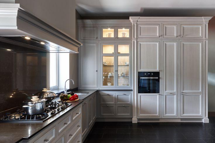 Кухня компании Attribut, модель Оксфорд в стиле английская классика. Данную модель вы можете посмотреть у нас на выставке по адресу: г. Москва, Хамовнический вал, дом 10 #аттрибут #аттрибутэ #кухни #двери #шкафы #гардеробные #столярныеизделия #столярнаямастерская #attribut #kitchen #cabinets #dressingroom #door