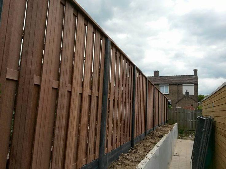 Hout beton schutting met hardhouten schermen in sleuvenpalen