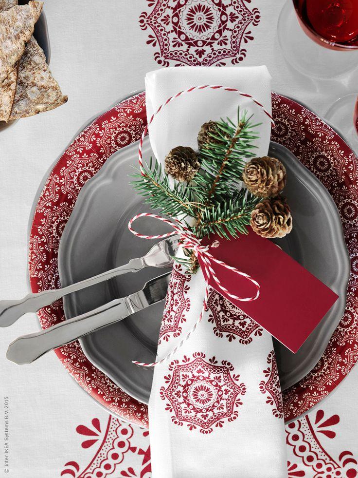 Vi dukar upp i folklore-stil, med mönster i klassiskt rött och vitt! VINTER 2015 kökshandduk används som generösa servetter. ARV assiett, VINTER 2015 papperstallrik och bordslöpare.