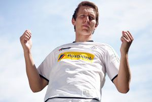 Borussia Monchengladbach has signed on Twente Enschede striker Luuk de Jong until 2017, the club said in a statement.