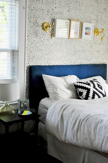 stenciled spotted wall papier peint pinterest t te de lit bleu relooking de chambre et. Black Bedroom Furniture Sets. Home Design Ideas