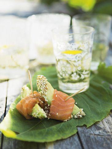 Sesamdrysset avocado med laks - Fisk/skaldyr - Opskrifter - Mad og Bolig. Måske med peberrodscreme i stedet for wasabi.
