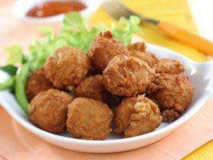 "Udang sapudi  ""Garnalenballetjes""     Ingrediënten:     225 gr gepelde garnalen  3 gekookte aardappelen  225 ml fijne prei  1 geklutst ei ..."