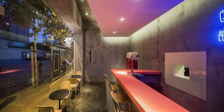 """Este bar llamando Flask – The Press esta basado en una idea original, dar un vuelco al concepto tradicional de bar. Con el pretexto de crear un """"bar clandestino"""" lo que se busca es conseguir 2 espacios chocantes entre ellos en un solo local, aunque tengo que admitir que lo que más gracioso me ha resultado ha sido la entrada a la zona del bar """"oculta""""."""