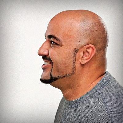 barba minimalista dibujando un contorno sobre la mandíbula y uniéndola a la perilla