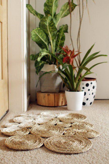 Las alfombras con hilo sisal son ideales para colocar en el exterior y ademas quedan preciosas a modo de decoración. También las alfombras de este tipo sirven para colocar debajo de una maceta si la hacemos mas pequeñas, es cuestion de buscar en nuestra imaginación. El hilo sisal lo podremos comprar en una ferretería, cordelería o en alguna tienda de bricolaje. Escogimos este tipo de hilo ya que es realmente económico y vienen de muchos tamaños y grosor.