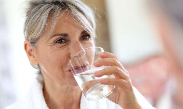 Ernährung bei Nierenerkrankungen: Dame, die Wasser trinkt